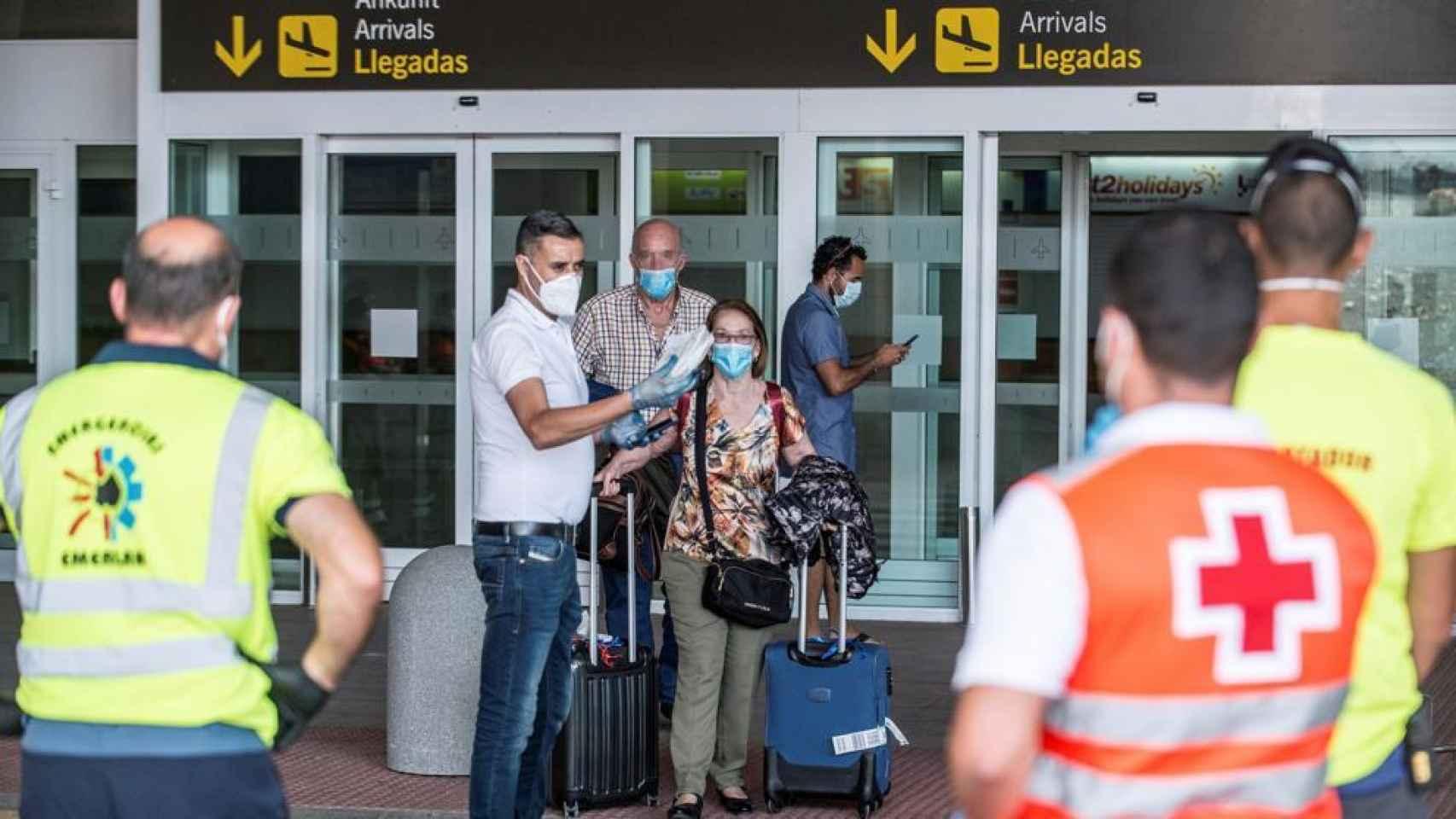 Dos viajeros reciben instrucciones de los servicios de emergencias tras aterrizar en Lanzarote.