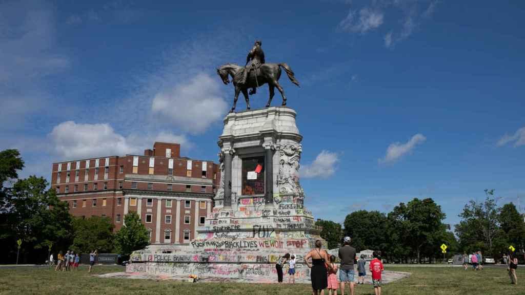 La estatua del general confederado Robert E. Lee en Virginia, llena de pintadas.