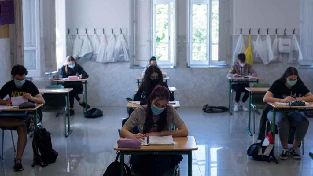 Estudiantes preparan la EvAU en un colegio de Ourense.
