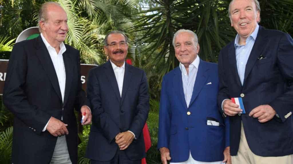El rey emérito Juan Carlos I, el presidente Danilo Medina y los hermanos José y Alfonso Fanjul