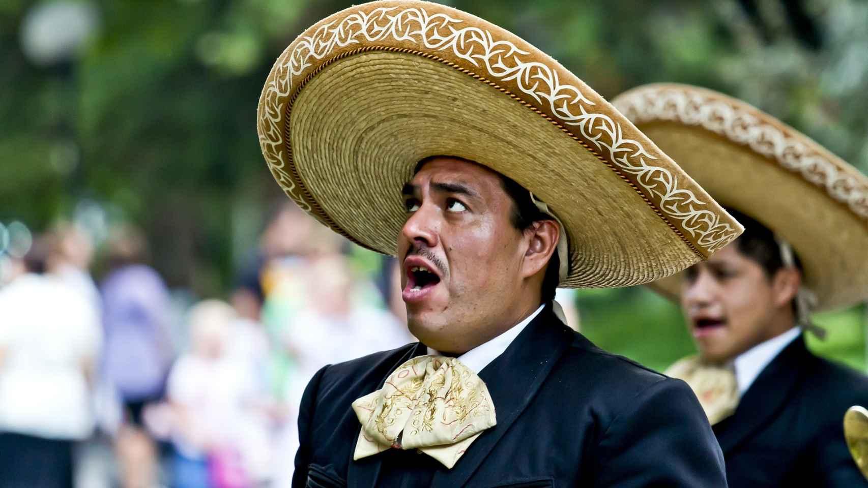 Un grupo de mariachis canta en la calle.