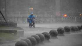 Chaparrón de lluvia primaveral. EFE/EPA/Alex Plavevski
