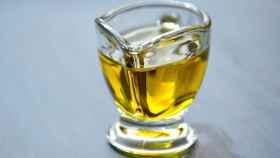 Un vasito con aceite de oliva.