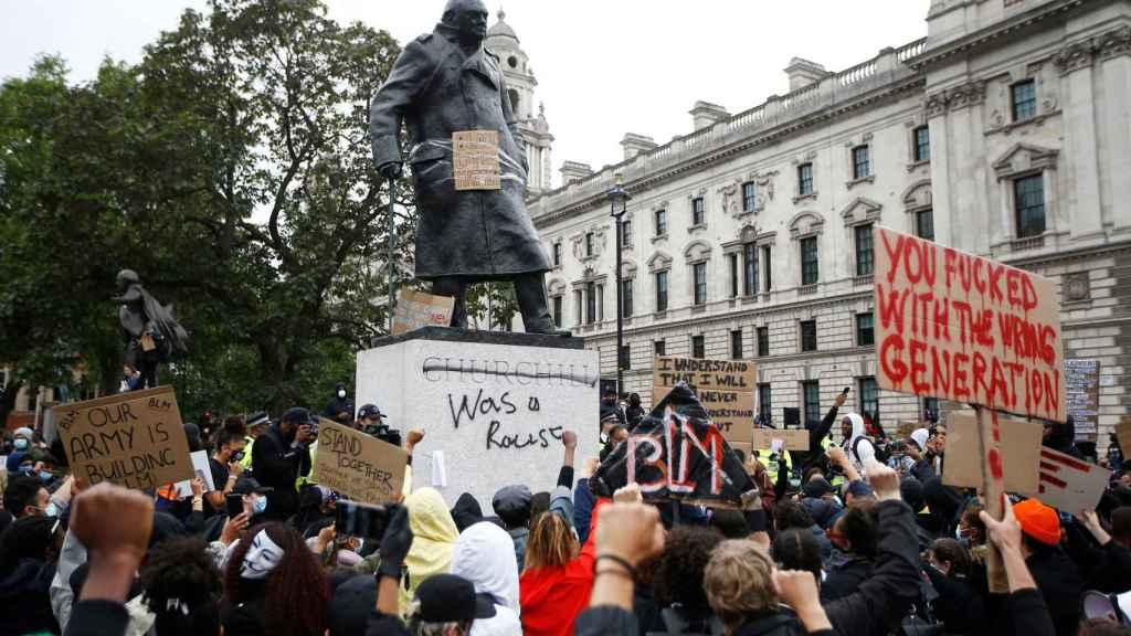 La estatua de Churchill en Londres, vandalizada este domingo durante las protestas.