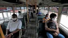 Distanciamiento social en un autobús en Colombo