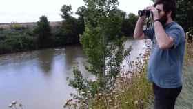 Un vecino oteando la orilla del río.