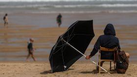 Un joven en la  playa de la Zurriola de San Sebastián.