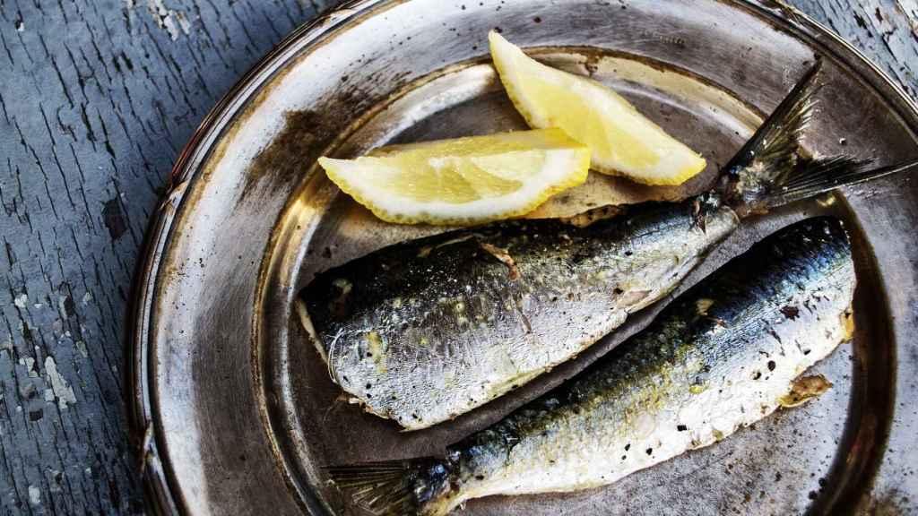 Un plato con un par de sardinas.