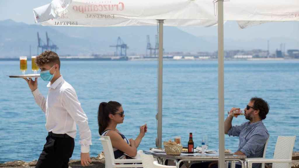 Unos clientes en una terraza en Málaga.