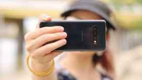 Un usuario se toma un selfie con el móvil.