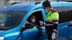 La multa de 100 euros por no llevar mascarilla en el coche: los supuestos que nos obligan a usarla