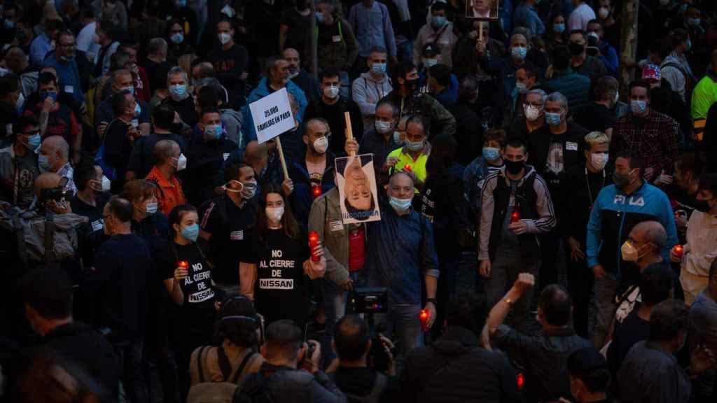 La marcha nocturna de los trabajadores de Nissan en Barcelona contra el cierre de las plantas en Catalunya.
