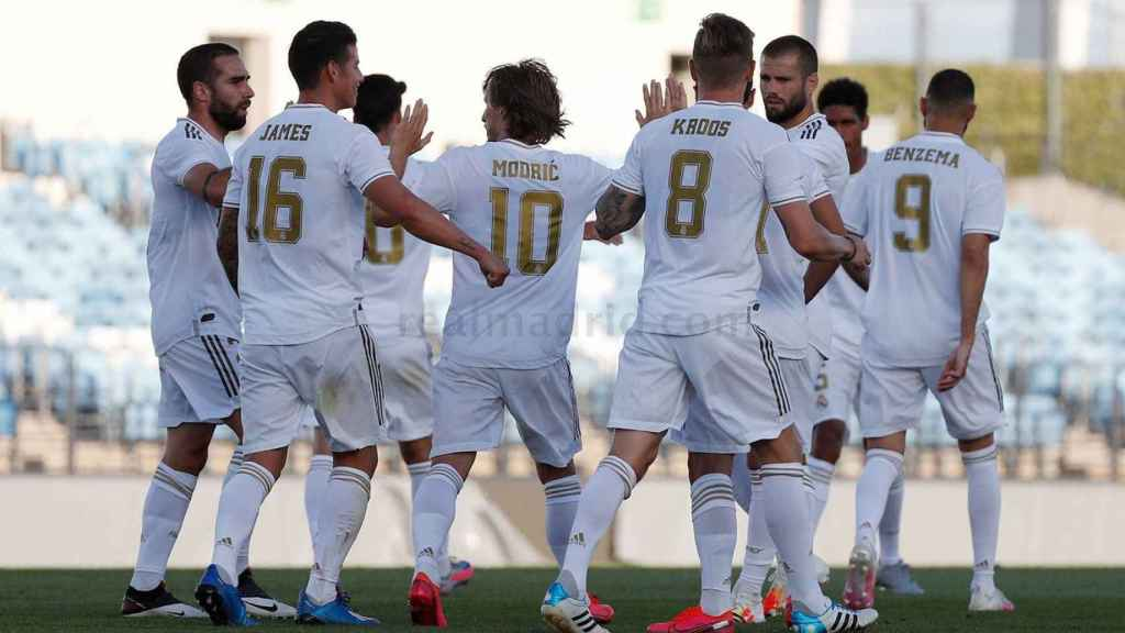 Los jugadores del Real Madrid celebran un gol en el partido de simulación del Alfredo Di Stefano