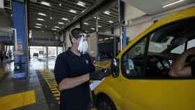 Un trabajador analiza un vehículo en la ITV.