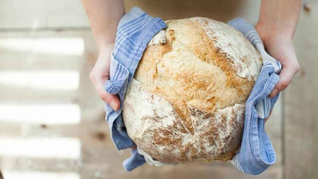 Un pedazo de pan recién sacado del horno.