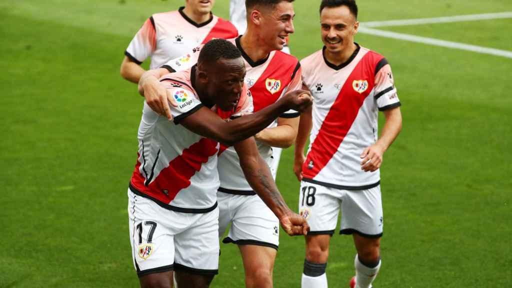 Los jugadores del Rayo Vallecano celebra el gol de Advincula