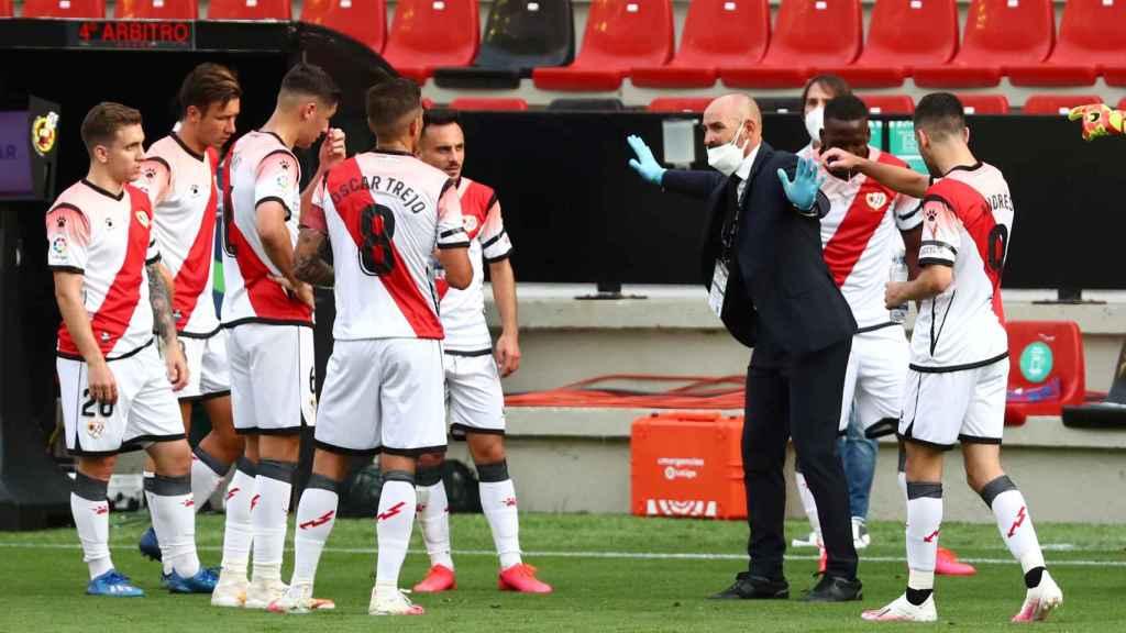 Paco Jémez habla con los jugadores del Rayo Vallecano durante una pausa de hitratación