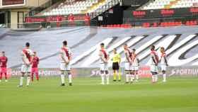 Jugadores de Rayo Vallecano y Albacete guardan un minuto de silencio en memoria de las víctimas por el Covid-19