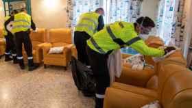 Miembros de la UME desinfectando una residencia de la región