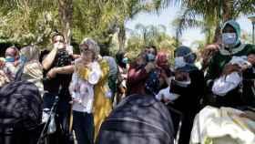 Medio centenar de personas se ha concentrado frente al paso fronterizo de Beni-Enzar, en Melilla.