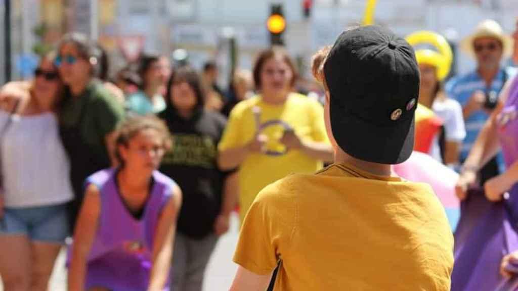 Menores trans se reúnen en una celebración del Día de la Visibilidad Intersexual.