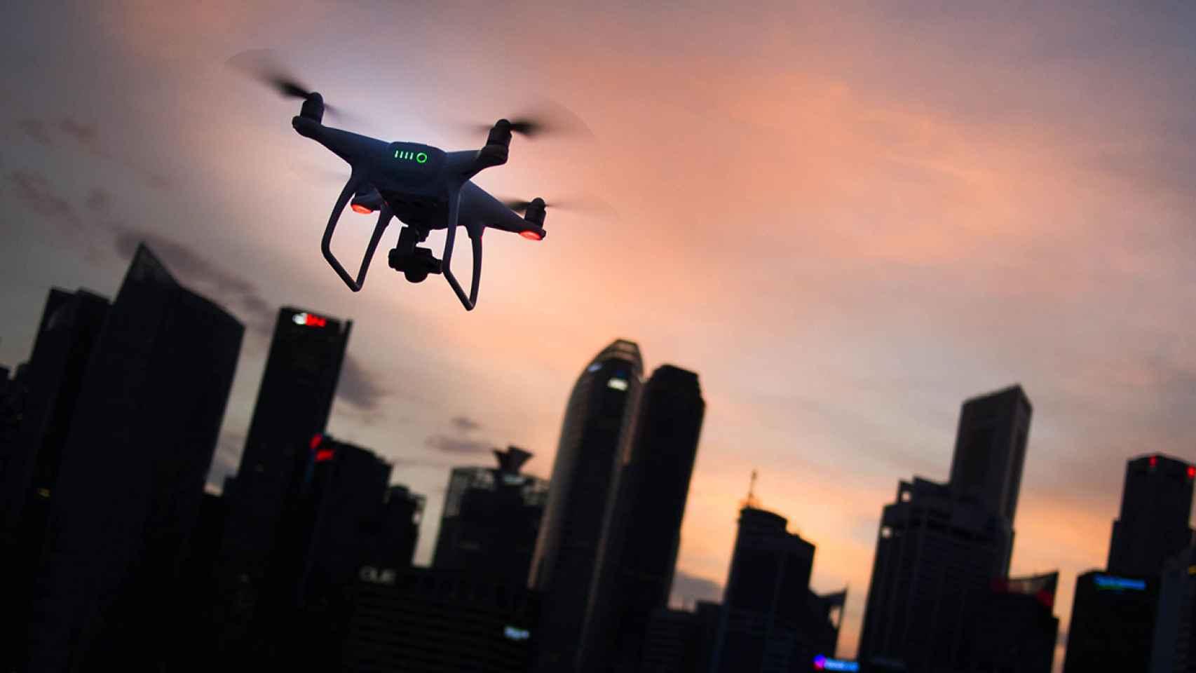La normativa de los vuelos de drones sobre población.