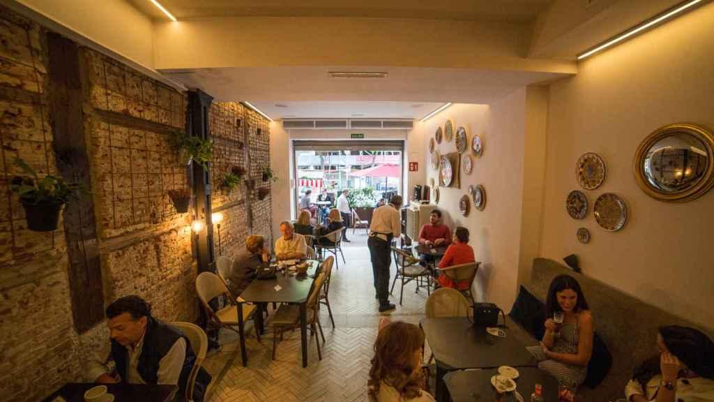 Clientes en un restaurante el día en el que se reabren al público los establecimientos de hostelería y restauración.
