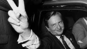 Olof Palme celebrando una victoria electoral en 1982