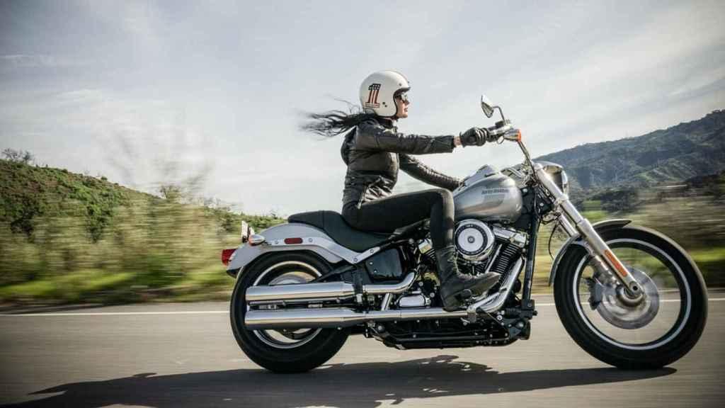 Motorista con una Harley-Davidson.