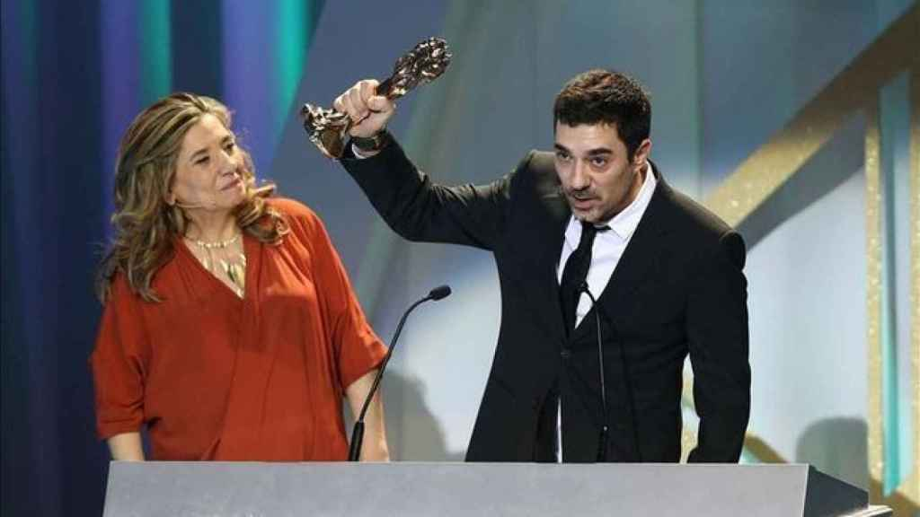 Pol Mainat recogiendo el premio Gaudí en nombre de su madre, Rosa María Sardà.