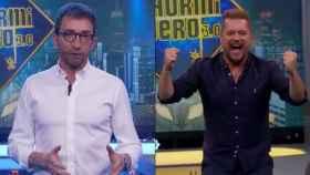 A la izquierda, Pablo Motos; a la derecha, el colaborador de 'El Hormiguero' conocido como 'El Monaguillo'.