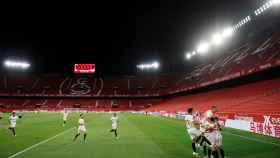 Piña de los jugadores del Sevilla tras el gol de Ocampos en el derbi contra el Betis