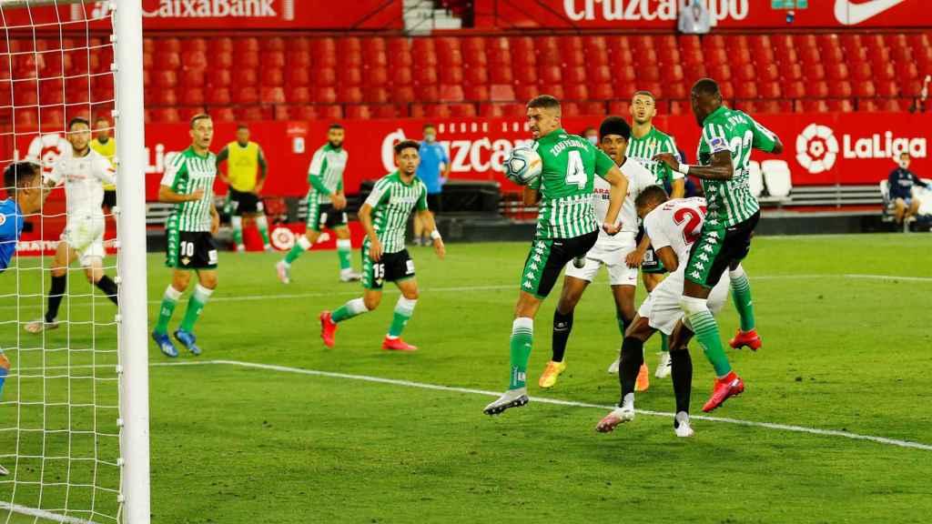 Gol de Fernando de cabeza para poner el 2-0 en el Sevilla - Betis