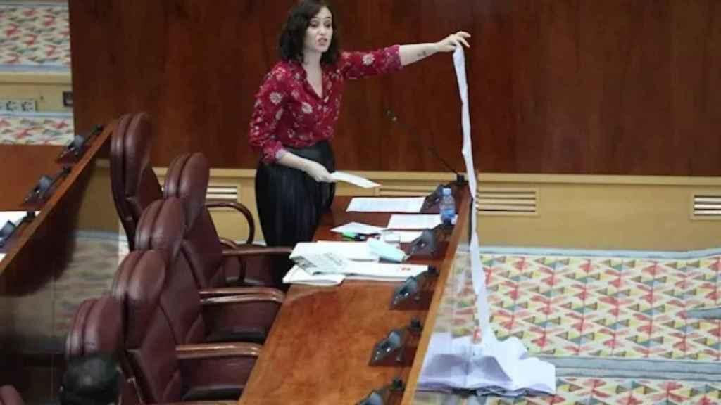 Isabel Díaz Ayuso muestra una lista de residencias de mayores atendidas en la crisis del coronavirus.