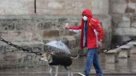 La lluvia afecta a la capacidad de filtrado de las mascarillas.