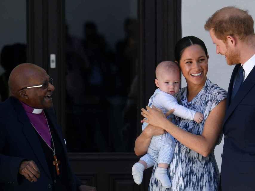 Harry y Meghan junto a su pequeño Archie en brazos.