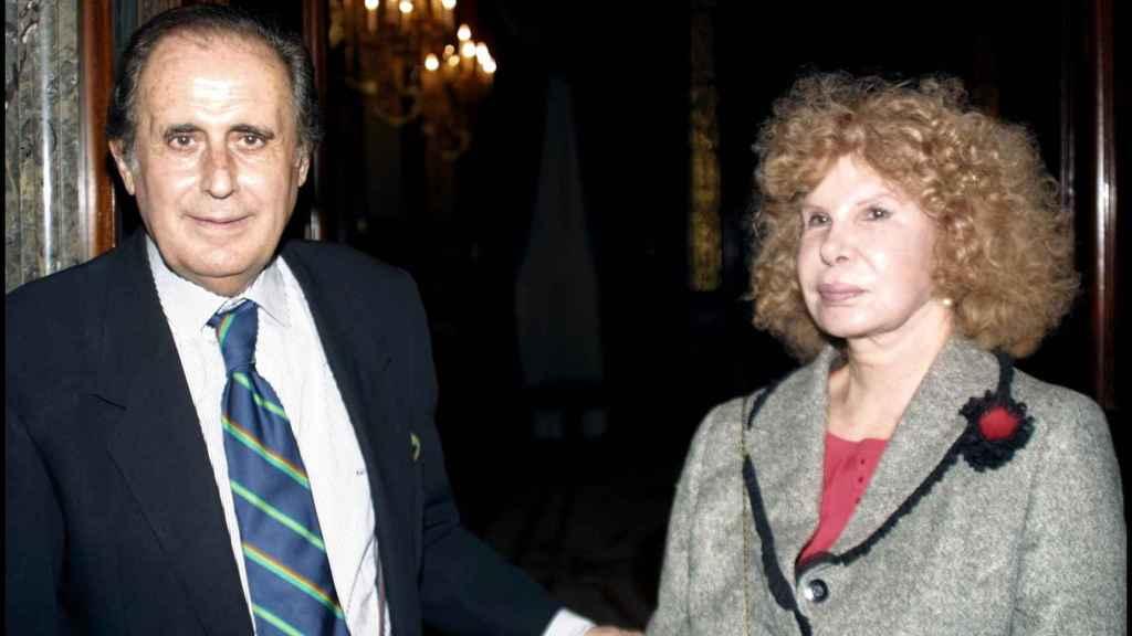 Jaime Peñafiel junto a la duques de Alba en la presentación del libro 'A golpe de memoria' en el año 2003.