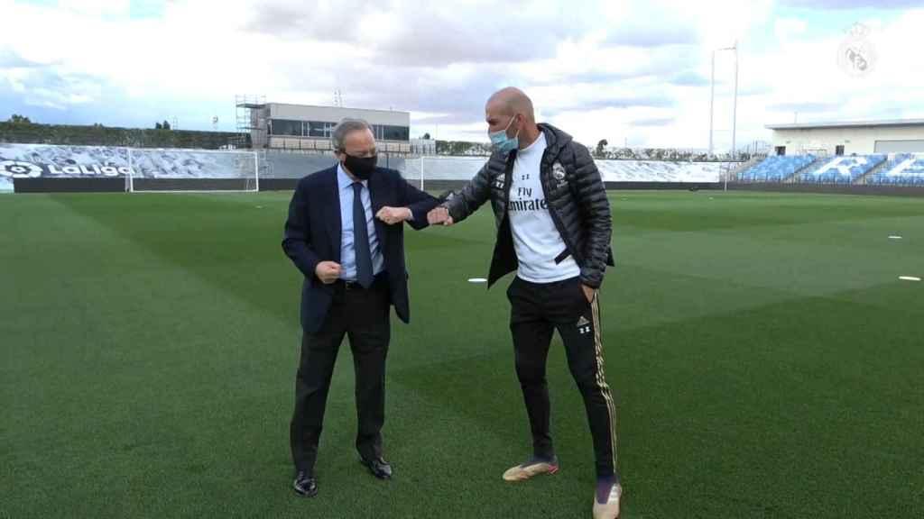 Florentino Pérez y Zinedine Zidane saludándose con el codo
