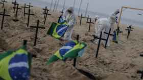 Activistas colocan 110 cruces en Río de Janeiro para denunciar la gestión de la crisis por parte del Gobierno de Brasil. EFE/ Antonio Lacerda