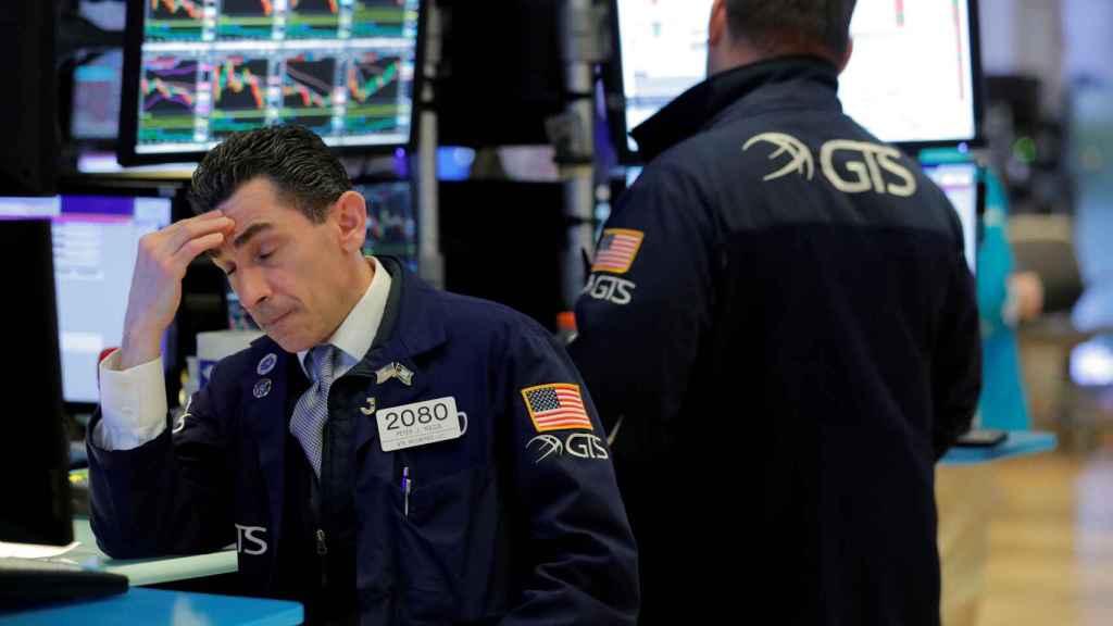 Un operador con gesto preocupado en Wall Street.