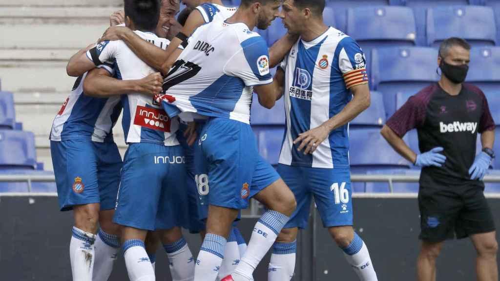 Los jugadores del Espanyol celebran uno de los goles ante el Alavés