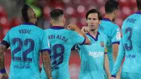 Messi, Jordi Alba y Arturo Vidal celebran un gol del Barcelona