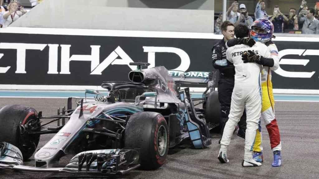 Lewis Hamilton y Fernando Alonso se abrazan tras la última carrera del asturiano en Fórmula 1 en 2018