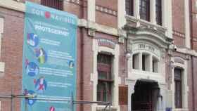 Cartel informativo sobre el coronavirus en la fachada del hospital de Basurto, en Bilbao.