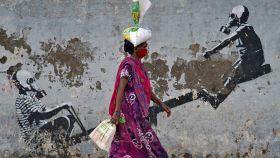 Una mujer camina por las calles de Mumbai, India.