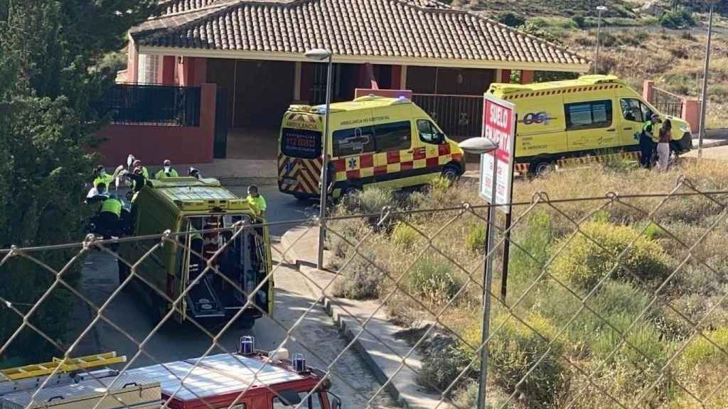 Personal de emergencias atendiendo a la pequeña Alicia tras sufrir el accidente con su patinete en la calle Hoya del Hurón, en la pedanía El Niño de Mula.