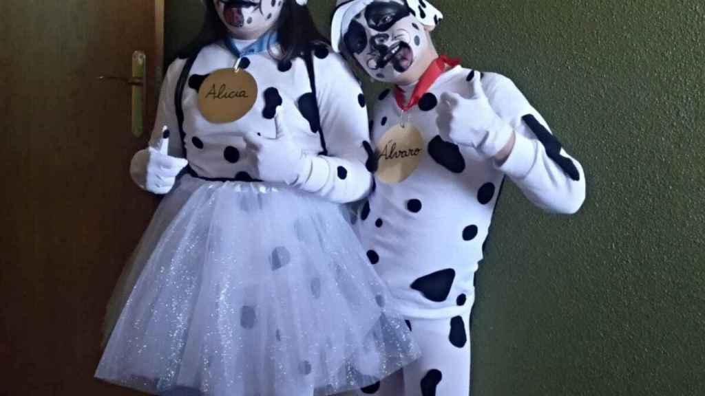 Alicia, de 9 años, y su hermano mellizo, Álvaro, vestidos en los carnavales como '101 dalmatas'.