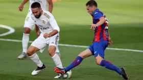 El defensa del Real Madrid Dani Carvajal, pelea un balón con el centrocampista uruguayo del Eibar Sebastián Crostóforo