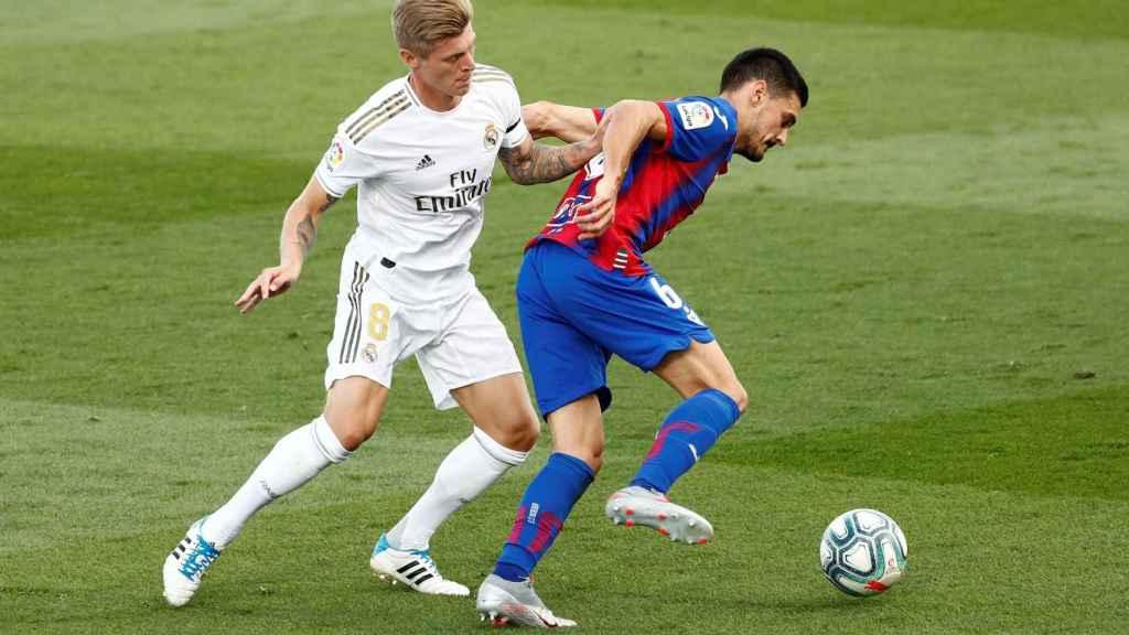Toni Kroos, presionando a Sergio Alvarez