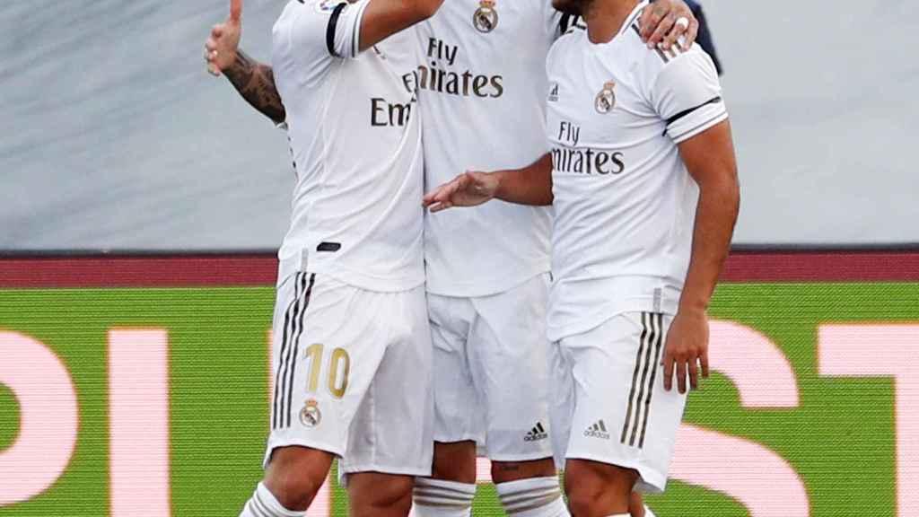 Sergio Ramos celebra con su compañeros del Real Madrid su gol al Eibar